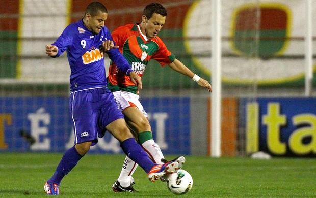 Wellington Paulista e Gustavo, Portuguesa x Cruzeiro (Foto: Marcos Bezerra / Agência Estado)