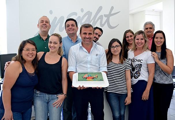 Equipes da Insight e TV Fronteira comemoraram os 15 anos da agência (Foto: Marketing/TV Fronteira)