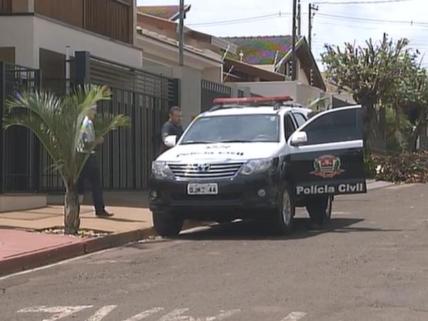 Polícia fez buscas nas casas de investigadas por desvio milionário (Foto: Reprodução/TV TEM)
