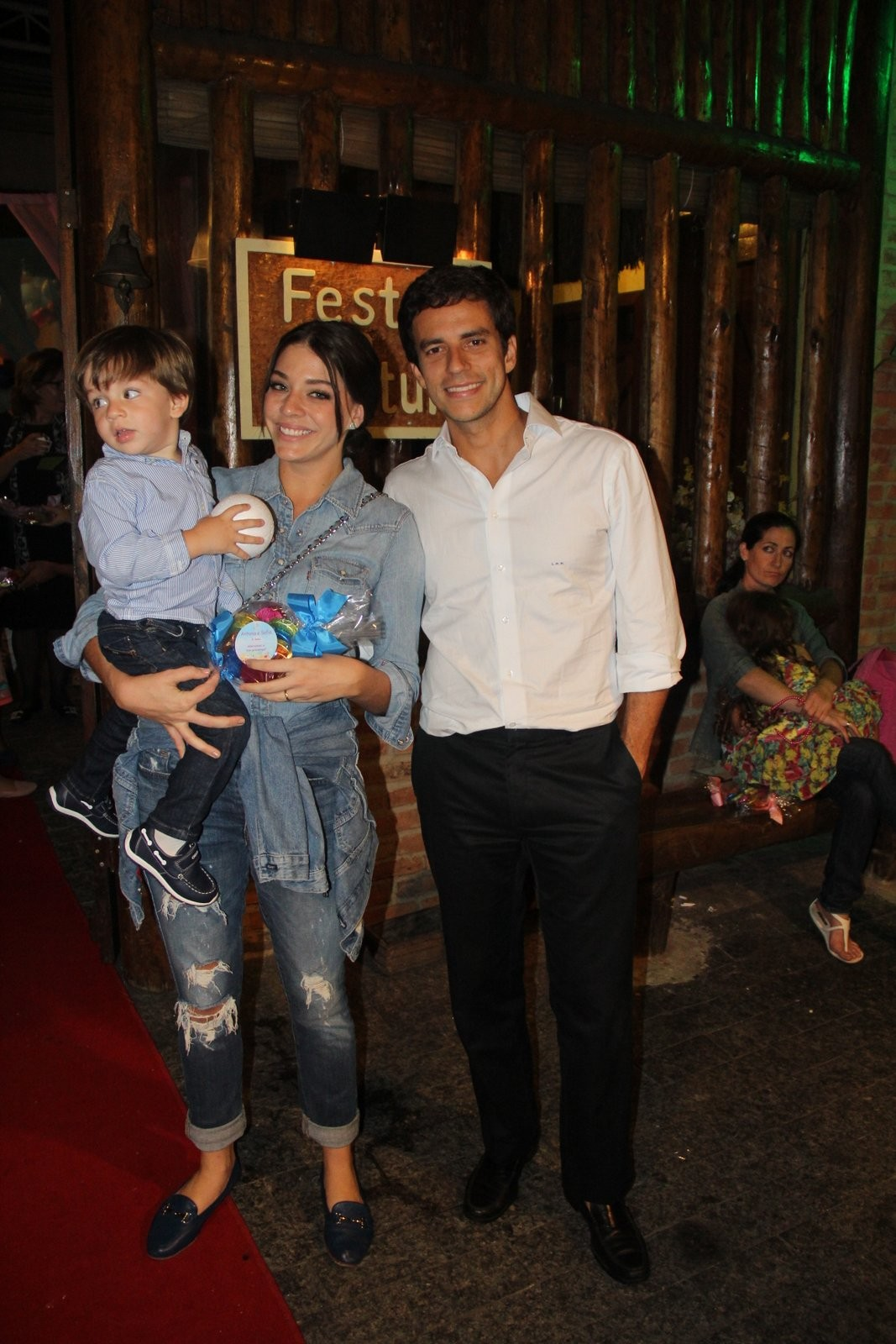 Luma Costa com o marido e o filho (Foto: AgNews)