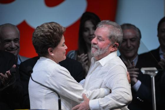 O ex-presidente Lula abraça Dilma, na comemoração da reeleição da presidente (Foto: Fabio Rodrigues Pozzebom/Agência O Globo)