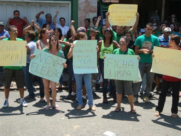 Cerca de 100 pessoas participaram do protesto em frente ao cartório eleitoral de Itapetininga (SP). (Foto: Carlos Alberto Soares / TV Tem)