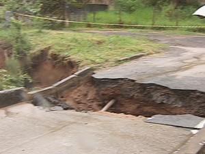 A ponte do Bairro Alegre cedeu com forte chuva da manhã desta quinta-feira (31). (Foto: Reprodução Inter TV dos Vales)