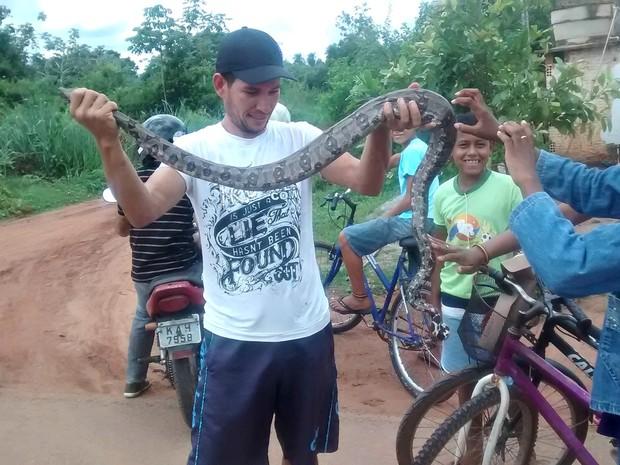 Éverson disse que a cobra virou atração entre os vizinhos (Foto: Jandira Vanin/ Centro América FM)