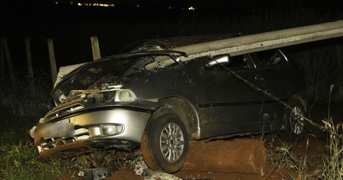 Motorista sai ileso após carro capotar e bater em poste e cerca na ... - Globo.com