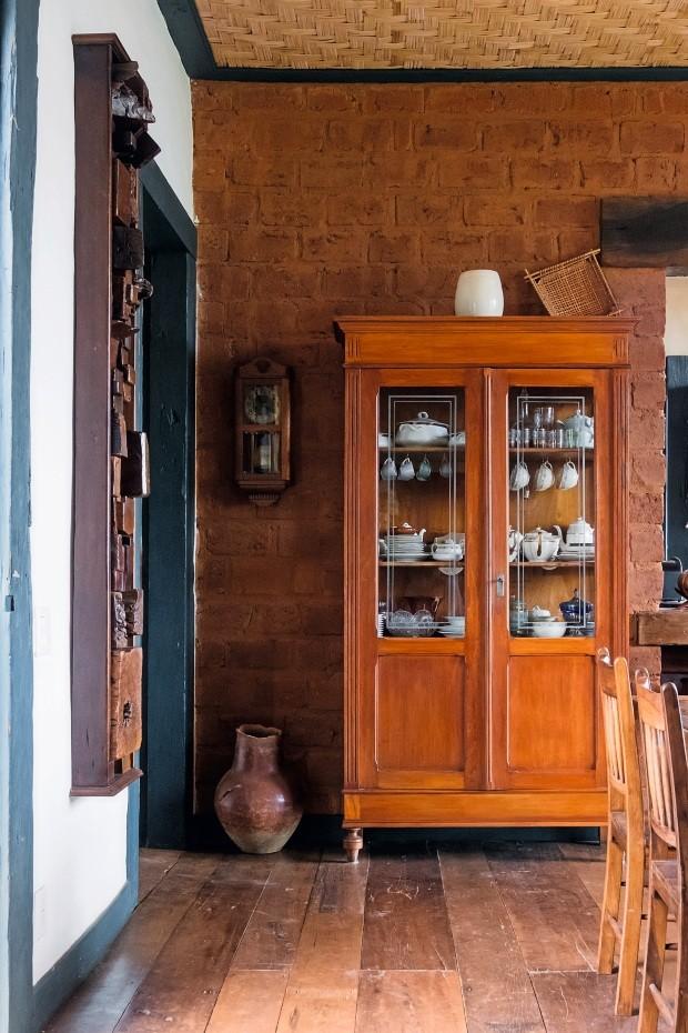 Cristaleira cheia de histórias. Parede feita de adobe e o forro do teto de palha, ambos típicos da região (Foto: Lufe Gomes / Editora Globo)