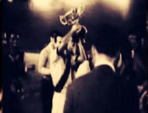 Vasco levantando a taça do torneio de Paris em 1957 (Foto: Reprodução da internet)