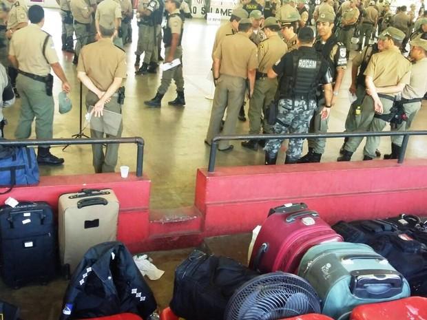Policiais Militares embarcam para segurança das eleições no interior de Pernambuco (Foto: Marlon Costa/Permambuco Press)