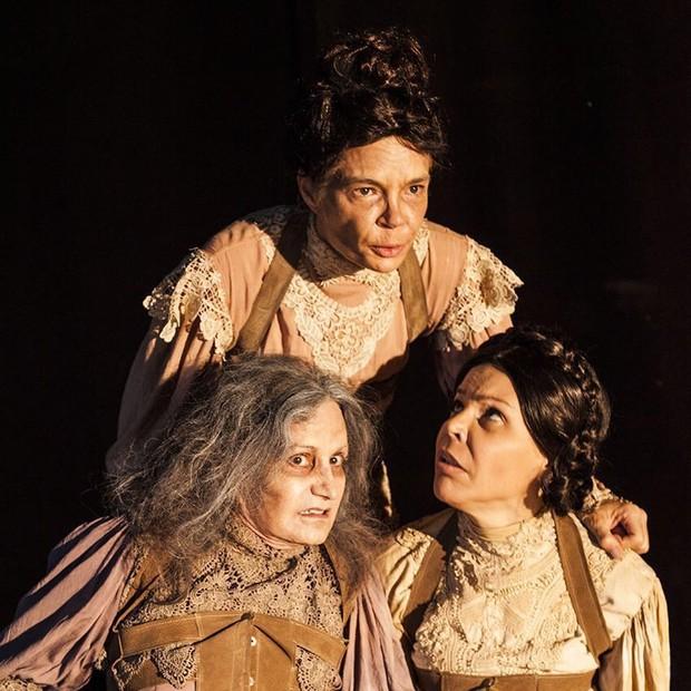 Alexia divide a cena com Rosamaria Murtinho e Jaqueline Farias em 'Doroteia' (Foto: Carol Beiriz)