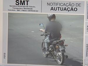 Polícia localizou Dennes após imagem de multa de trânsito em Goiânia, Goiás (Foto: Reprodução/ TV Anhanguera)