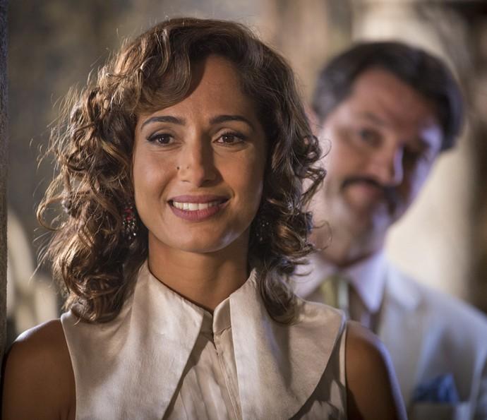 Tereza observa Afrânio e Miguel, que nem vê Carlos Eduardo se aproximar  (Foto: Felipe Monteiro/Gshow)