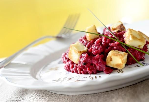 Aposte no risoto de beterrada com queijo coalho pra um prato bonito e saboroso
