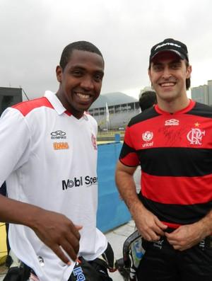 Stock Car - Átila Abreu veste a camisa do Flamengo presenteada pelo jogador Renato Abreu (Foto: Felipe Siqueira / GLOBOESPORTE.COM)