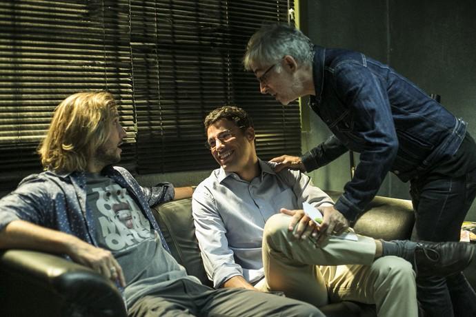 Cauã Reymond e Vladimir Brichta trocando uma ideia com o preparador de elenco, Chico Accioly (Foto: Ellen Soares/Gshow)