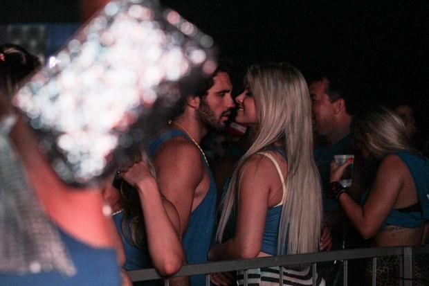 Julia beija moreno e Salvador (Foto: Marcelo Brammer/ Ag. News)