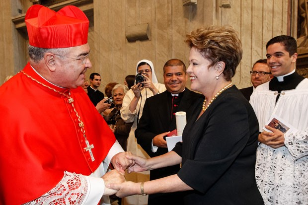 O cardeal arcebispo Dom Orani Tempesta recebe os cumprimentos da presidente Dilma Rousseff neste sábado (22) no Vaticano (Foto: Roberto Stuckert Filho/Presidência da República)