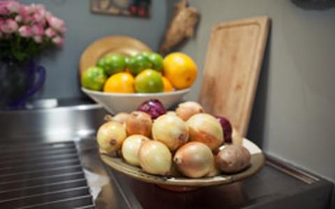 Truque culinário: pitada de açúcar na cebola para acelerar a caramelização