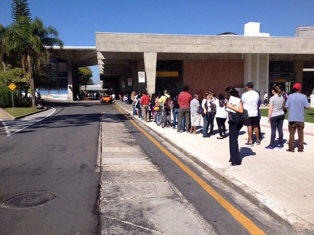 Com o aumento da passagem, curitibanos aproveitaram a segunda para recarregar os cartões (Foto: Diego Sarza/ RPC TV)