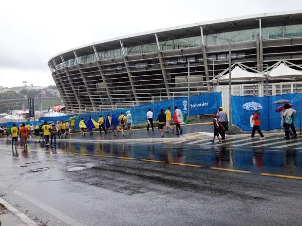 Torcedores começam a chegar na Arena Fonte Nova sob chuva (Foto: Ruan Melo/G1)