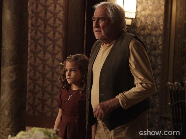 Pérola chega e ouve Ernest falar que não pode amá-la se não for sua neta (Foto: Pedro Curi/TV Globo)