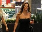 De macacão tomara que caia, Viviane Araújo faz compras em shopping