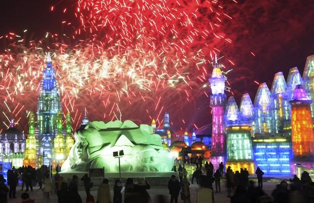 Além das esculturas, o Festival de Gelo de Harbin, cidade na região nordeste da China, reúne performances de natação, pesca e mergulho em rios congelados. No inverno, a temperatura na cidade de Harbin chega a 30°C negativos (Foto: China Daily/Reuters)
