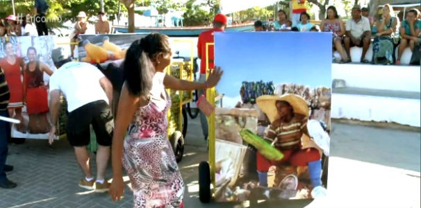 Catadora de resíduos sólidos emocionada com a foto impressa no seu novo equipamento  (Foto: Reprodução/ TV Globo)