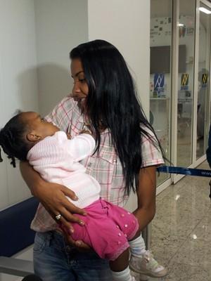 Andreia comemora a recuperação da filha. (Foto: Darshany Loyola / G1 ES)