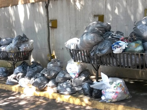 Lixo acumulado nas ruas de Piracicaba pode agravar risco de dengue (Foto: Suzana Amyuni/G1)