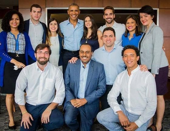 Ex-presidente dos EUA Barack Obama e jovens empreendedores brasileiros após reunião nesta quinta-feira (5) (Foto: Fundação Obama )
