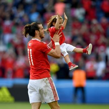 Gareth Bale com a filha Aba Violet País de Gales (Foto: Getty Images)