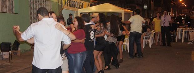 Moradores e visitantes se divertiram no São João do Bairro (Foto: Inaê Teles/G1)