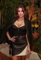 Flávia Alessandra aposta em saia curtinha e top de renda em evento