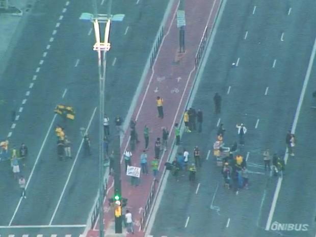 Paulista bloqueada nos dois sentidos no início da manhã desta quinta-feira  (Foto: Reprodução/TV Globo)