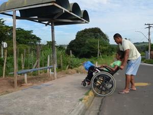 Falta de guia rebaixada em ponto de ônibus dificulta acesso de cadeirante (Foto: Fernanda Zanetti/G1)