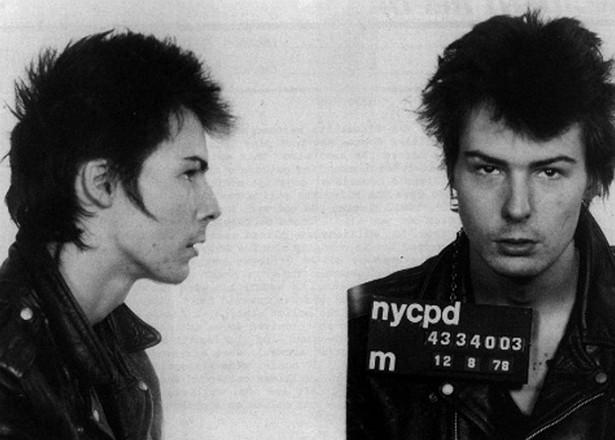 O punk Sid Vicious (1957-1979), da banda Sex Pistols, apunhalou até a morte a namorada, Nancy Spungen, em 1978. Ele confessou o crime, mas disse que não pretendia matar a mulher. Chegou a ser acusado de assassinato, porém nunca sequer chegou a comparecer aos tribunais, já que acabou morrendo de overdose no ano seguinte. (Foto: Getty Images)