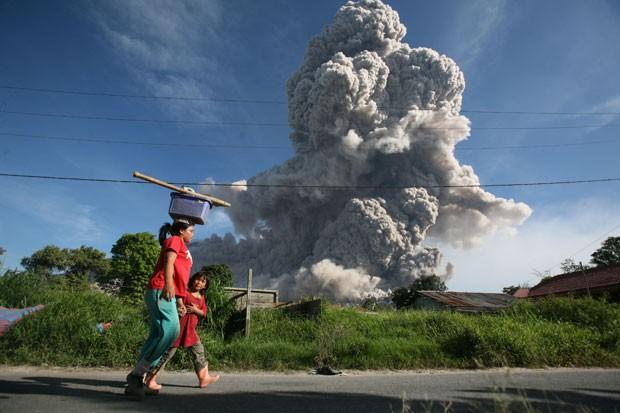 O Monte Sibabung expele lava vulcânica e cinzas nesta quinta-feira (25) (Foto: Binsar Bakkara/AP)