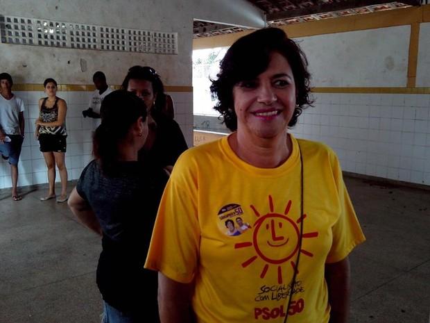 A candidata do PSOL ao governo de Sergipe, Sônia Meire, votou por volta das 9h na Escola Juscelino Kubitschek, no Bairro Coroa do Meio em Aracaju. (Foto: Flávio Antunes/G1)