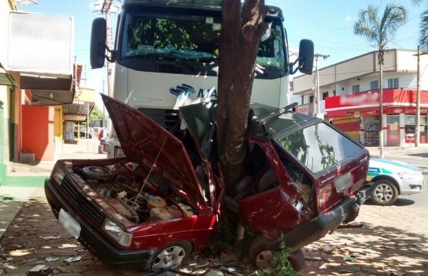Caminhão esmaga carro em árvore às margens da GO-080, em Nerópolis, Goiás (Foto: Divulgação/ PRE)