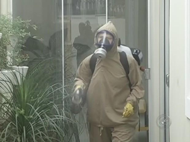 Agentes fazem trabalho de nebulização  (Foto: Reprodução TV TEM)
