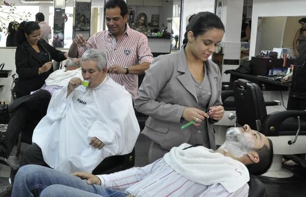 Mulheres são a maioria na equipe de barbeiros em barbearia do Setor Oeste, em Goiânia (Foto: Adriano Zago/G1)