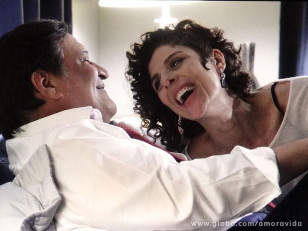Vega é só sorrisos de volta aos braços de Atílio (Foto: Amor à Vida/TV Globo)