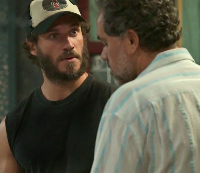 Dino consegue o endereço de Eliza no Rio (Foto: TV Globo)