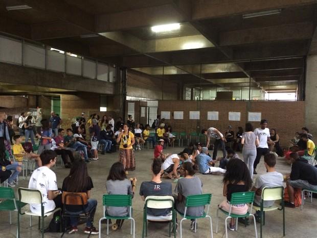 Assembleia acontece em escola na Aclimação na noite desta sexta-feira (Foto: Roney Domingos/G1)