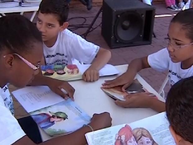 Crianças aproveitam a leitura no projeto desenvolvido em Auriflama (Foto: Reprodução / TV Tem)