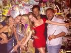 Marina Ruy Barbosa posa sorridente ao lado do namorado em festa