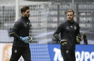 Trapp e Leno treino seleção Alemanha (Foto: EFE/Andreas Gebert)