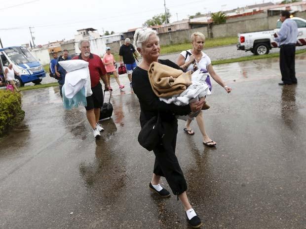 Turistas que saíram do hotel por causa da chegada do Patricia chegam na universidade de Puerto Vallarta nesta sexta-feira (23) para se proteger do fenômeno (Foto: REUTERS/Henry Romero)