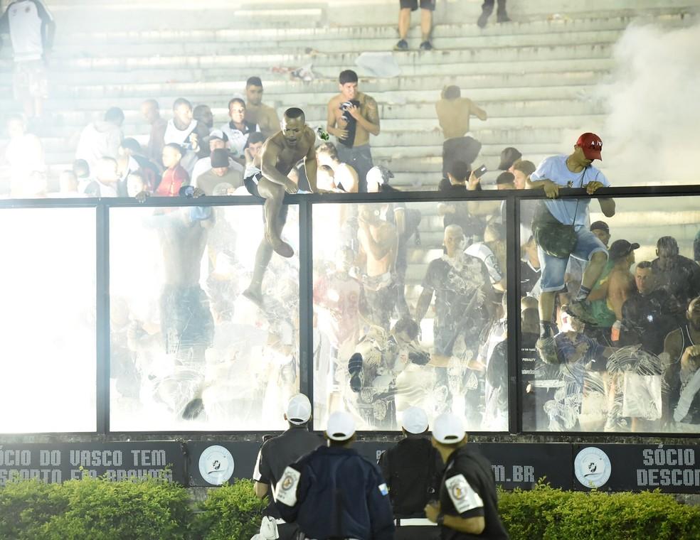 Confusão envolvendo torcedores do Vasco em São Januário (Foto: André Durão)