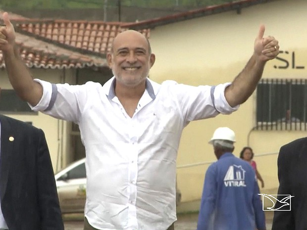 Prefeito afastado comemora decisão do TJ-MA na saída de presídio (Foto: Reprodução / TV Mirante)